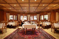Heimatbühne mit traditionellem Holzmobiliar im Hotel Trofana Royal