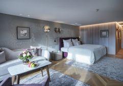 Helle, geräumige Junior Suite mit liebevoll arrangierten Details (c) Dominik CINI (Hotel Zürserhof)