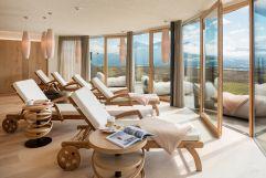 Heller Leseraum mit Blick auf die Dolomiten (Alpin Panorama Hotel Hubertus)
