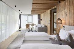 Helles Schlafzimmer der Klausberg Suite (Wellnessresort Amonti & Lunaris)