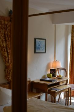 Helles traditionelles Design im Komfortzimmer (c) Aileen Melucci (Wellnesshotel Walserhof - Kleinwalsertal Hotels)