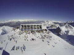 Hoadl-Haus inmitten der verschneiten Dolomitenlandschaft (Axamer Lizum)