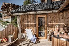 Hot Tub auf der Sonnenterrasse im Alpen Luxury Lodge (Bergdorf Prechtlgut)