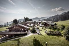 Hotelanlage aus der Vogelperspektive im Sommer (c) Peter Kuehnl (PURADIES Hotel & Chalets)