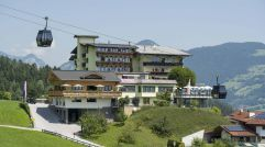 Hotelanlage im sommerlichen Bergpanorama (Hotel Waldfriede)