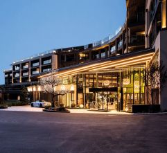 Hotelansicht bei Nacht (Wellnessresort Amonti & Lunaris)