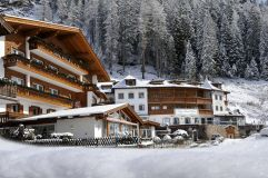 Hotelansicht im Winter (c) Klaus Peterlin (Hotel Sun Valley)