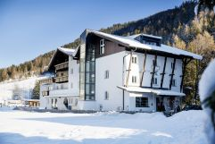 Hotelansicht im Winter (VALLUGA Hotel)