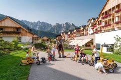 Hotelansicht mit Kinder im Sommer (c) www.360perspektiven.at (Leading Family Hotel & Resort Dachsteinkönig)