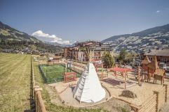 Hotelaußenansicht mit Tipi und Kletterlandschaft (alpina zillertal)