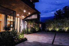 Hoteleingang am Abend (c) Wanderhotel Vischgerhof