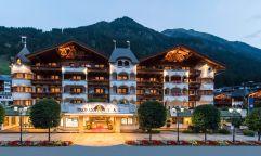 Hoteleingang im Sommer bei Nacht (Trofana Royal)