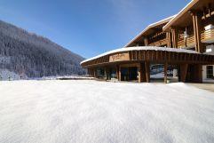 Hoteleingang umgeben von schneeweißer Landschaft (Hotel Granbaita Dolomites)