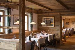 Hotelrestaurant mit eingedeckten Tischen (Tirler-Dolomites Living Hotel)
