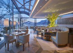 Hotelrestaurant The Glass Garden mit Ausblick auf die verschneite Stadt Salzburg (Schloss Mönchstein)