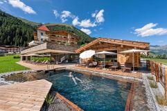 Idyllischer Naturschwimmteich im Hotelgarten (Alpinhotel Berghaus)
