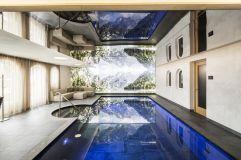 Im Hallenschwimmbad wird das Schwimmen zum Erlebnis für Körper und Seele (Alpin Panorama Hotel Hubertus)