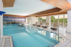 Indoor Pool mit Liegebereich (Hotel Concordia)