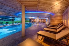 Indoorpool mit modernen Relax-Möglichkeiten (Alpinhotel Berghaus)