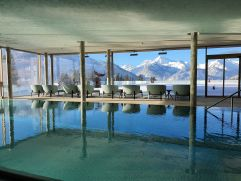 Indoorpool mit traumhaftem Ausblick (Hotel Bergblick)