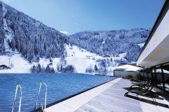 Infinity-Outdoorpool mit Bergpanorama im Winter (Das SeeMOUNT)