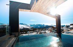 Infinity-Pool mit Blick auf die verschneite Berglandschaft (MY ALPENWELT RESORT)