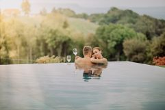 Infinity Outdoor-Pool mit Blick in die Natur (c) Karin Bergmann (Ratscher Landhaus)