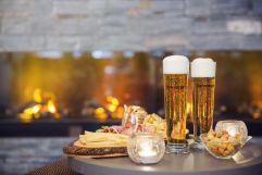 Jause mit kühlem Bier bei Kaminfeuer genießen (c) Johanna Gunnberg (VALLUGA Hotel)