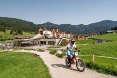 Jugendlicher beim Biken auf dem E-Trial (c) www.360perspektiven.at (Leading Family Hotel & Resort Dachsteinkönig)
