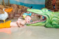 Junge beim spielen im Poolbereich (Leading Family Hotel und Resort Alpenrose)