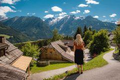 Junge Frau genießt den traumhaften Bergblick (c) Daniel Kogler (Naturdorf Oberkühnreit)