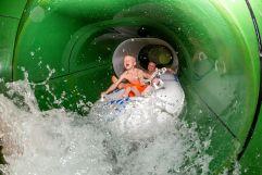 Jungs in der Wasserrutsche (Alpenrose – Familux Resort)