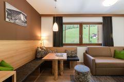 Juniorsuite für bis zu drei Personen mit hellem Holz (Naturhotel Rainer)