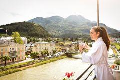 Kaffeegenuss auf dem Balkon mit Blick auf die Traun (Hotel Goldenes Schiff)