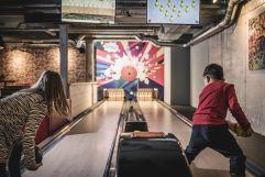 Kids beim Bowling in der playfactory (alpina zillertal)