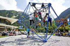 Kinder am Spielplatz beim Klettern im Sommer (Tourismusverband Krimml)
