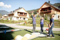 Kinder beim Minigolfen im Hotelgarten (c) Anne Kaiser Photography (Leading Family Hotel & Resort Dachsteinkönig)