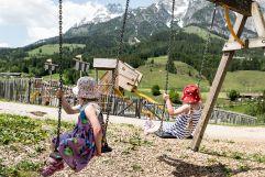 Kinder beim Schaukeln (c) Peter Kuehnl (PURADIES Hotel & Chalets)