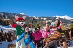 Kinder beim Spielen mit Maskottchen im Winter (Leading Family Hotel & Resort Alpenrose)