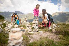 Kinder beim Spielen mit Steinen (c) RB Dittrich (Castello Königsleiten)