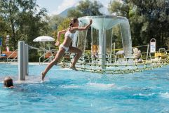 Kinder genießen den Tag im Freibad (c) Angélica Morales (Silberregion Karwendel)