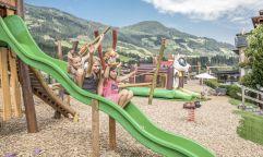 Kinder haben Spaß auf der Rutsche (alpina zillertal)