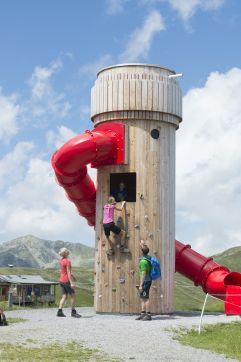 Kinder haben Spaß beim Kletten am Kletterturm (Wildkogel Arena)