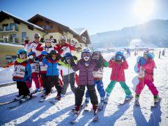 Kinder im Skikurs beim blödeln im Winter (c) Peter Podpera (Der Krallerhof)