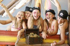Kinder mit Schatzkiste im Piratenland (c) Mag. Maria Rauchenberger (Leading Family Hotel & Resort Alpenrose)