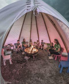 Kindergruppe beim Lagerfeuer im Tipizelt (alpina zillertal)