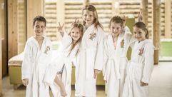 Kindergruppe im Bademantel (alpina zillertal)