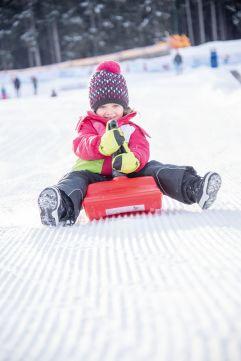 Kleines Mädchen beim Bobfahren (c) Rotwild (Olang)