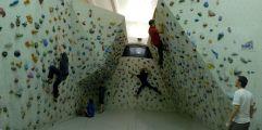Kletterer in der Boulderhalle in Olang