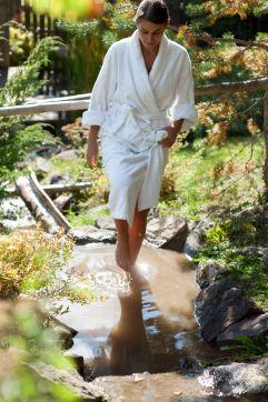Kneipanlage mit Bergwasser im Sommer (Hotel Tann)